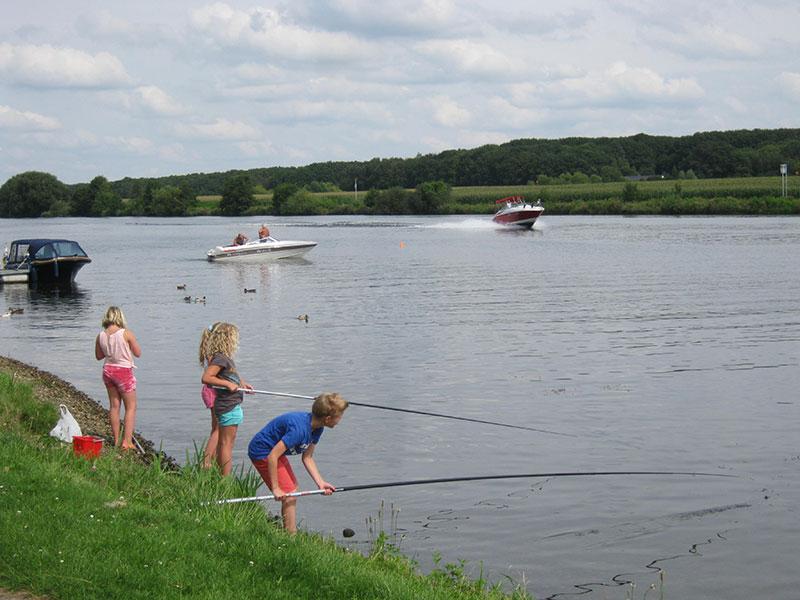 Vissen bij watersportcamping Gravenhof in Kessel aan de Maas
